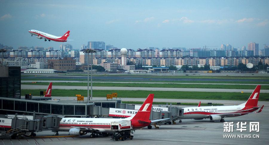 一架飞机从上海虹桥机场起飞