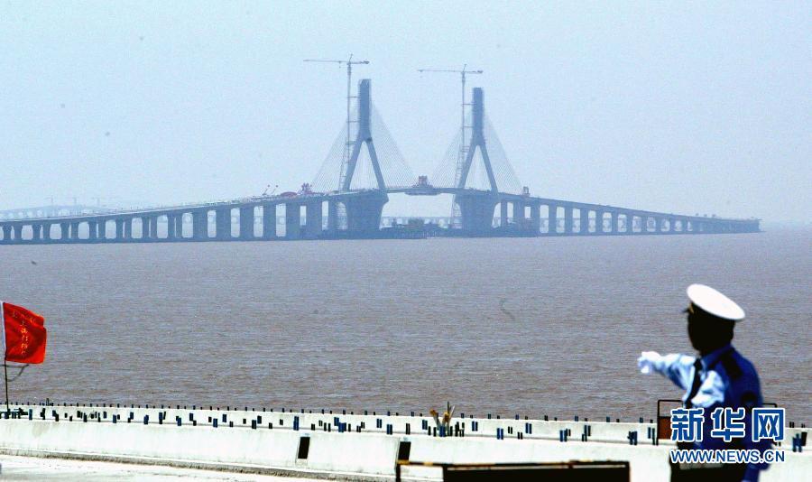 5公里的东海大桥实现全线贯通.