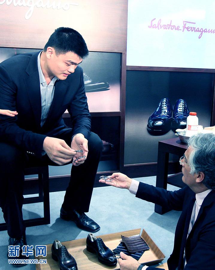 姚明在上海定制皮鞋_新华网上海频道