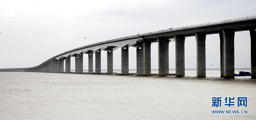崇启大桥南起上海崇明岛陈家镇,与上海崇明越江通道相连,向北跨越长江