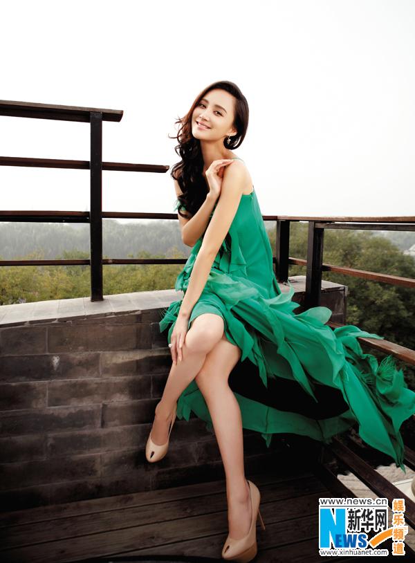 张歆艺化身绿色精灵 与马共舞展玲珑姿态 新华