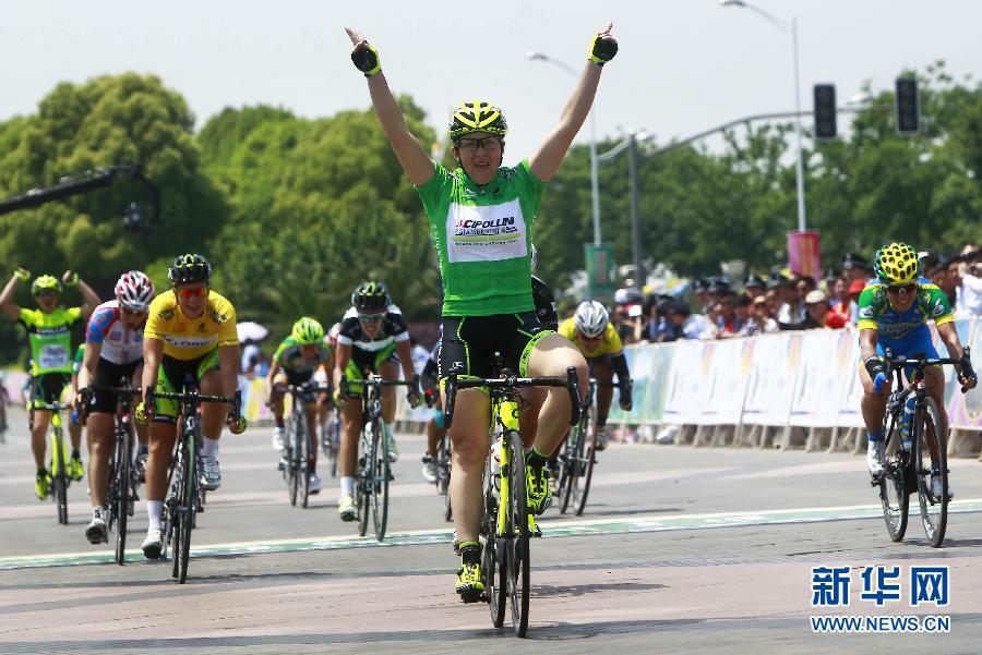 5月10日,意大利吉波利尼队车手莫尼亚巴卡勒(前)第一个冲过终点。新华社记者裴鑫摄   新华网上海5月11日电 5月10日,2012环崇明岛女子国际公路自行车赛结束了第二赛段的比赛。意大利吉波利尼队的莫尼亚巴卡勒赢得了赛段冠军。