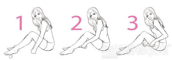 同样的姿势,双手握住木棒,从脚腕向膝盖窝擀,然后从膝盖窝擀到大腿