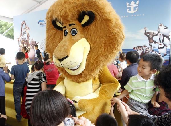 新华网上海6月6日电(记者许晓青)功夫熊猫阿宝、《马达加斯加》中的狮子亚历克斯及两只企鹅等美国梦工厂动画公司(DWA)正式授权的人偶表演,6月初首次亮相上海市中心人民广场和南京路,与中国孩子一同欢度六一国际儿童节。 据了解,自推出《功夫熊猫》系列动画电影后,美国梦工厂开始加速拓展中国市场。今年2月中美两国企业签约在上海合办东方梦工厂项目,梦工厂出品的首部音乐剧《怪物史瑞克》也将于今年7月13日在上海文化广场举办中国首演。 六一节亮相街头的人偶表演,是去年夏季梦工厂与皇