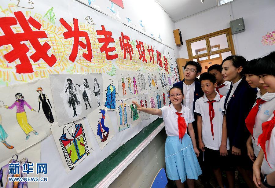 上海明珠中学学生在向代课老师介绍学生自己