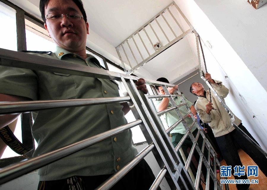 """上海消防努力打通居民楼""""生命通道"""""""