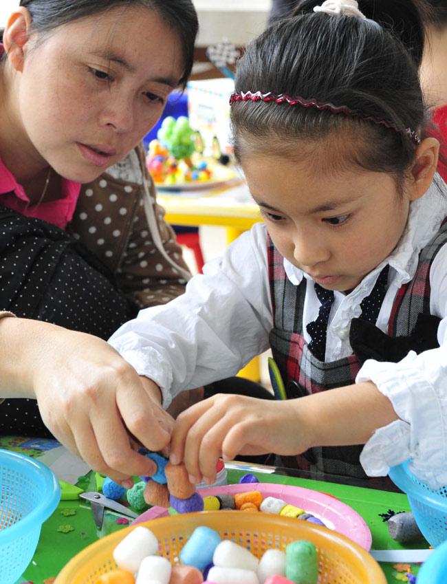 一名儿童在玩构思精巧的手工艺品.
