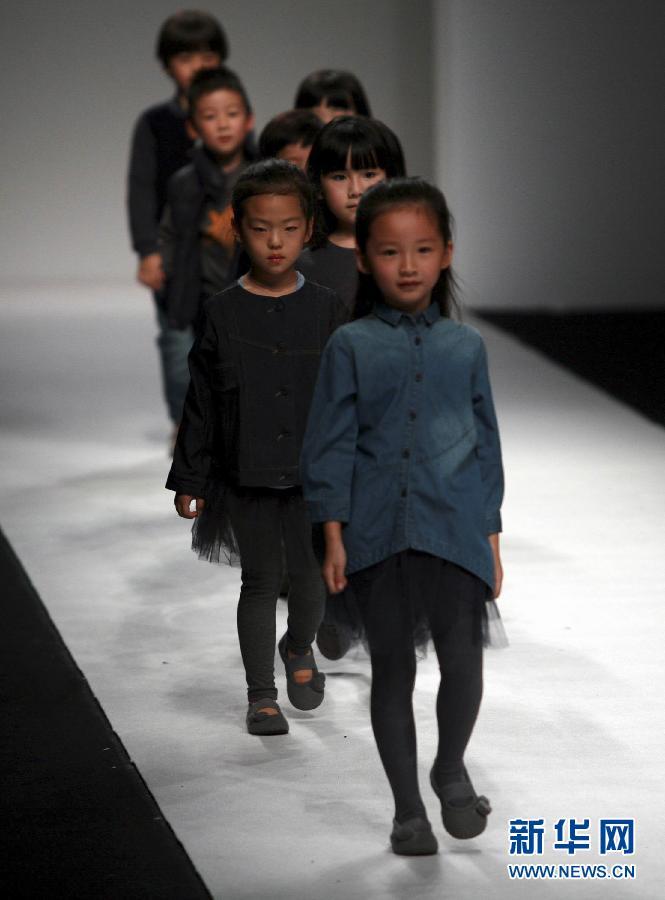 上海时装周小模特T台走秀 新华网上海频道