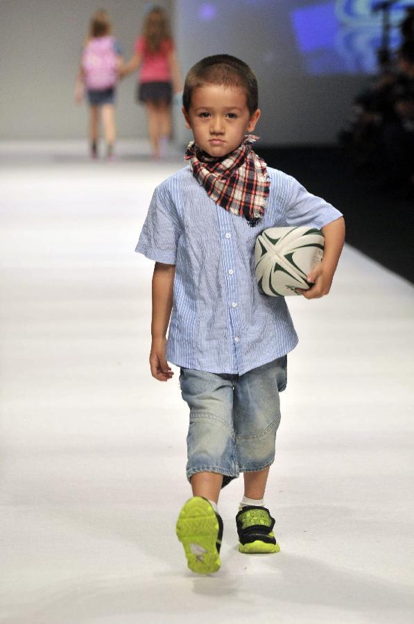 小模特上海时装周走秀 新华网上海频道