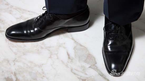 男人穿鞋子