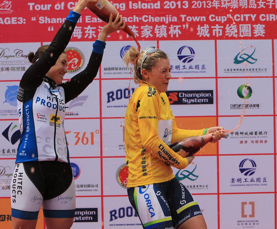 新華網上海5月10日電 5月10日,2013環崇明島女子國際公路自行車賽落幕。澳大利亞車手埃德蒙森拿下第三賽段冠軍,個人總成績為6小時29分26秒,以一秒優勢領先挪威霍斯金,披上黃衫;首賽段冠軍加納爾列個人總成績第三名。霍斯金收獲象徵衝刺積分第一的綠衫;藍衫依然由韓國選手金恩熙保有。意大利法倫隊團體成績列18支參賽隊伍之首。