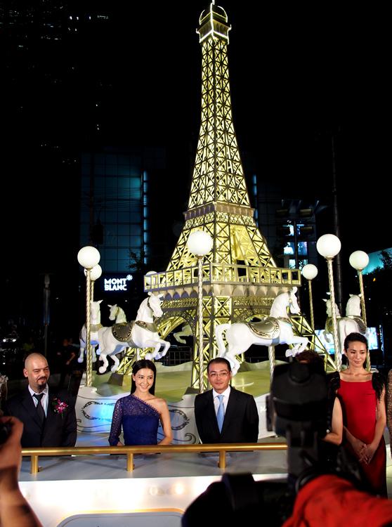"""外广场金色的""""巴黎铁塔""""高高矗立"""