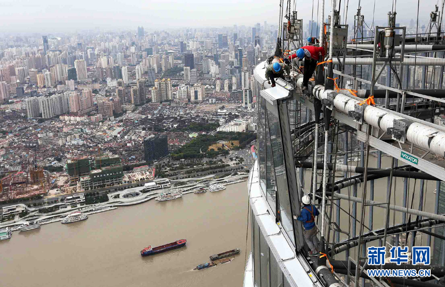 """""""上海中心""""大厦玻璃幕墙安装完成大半"""
