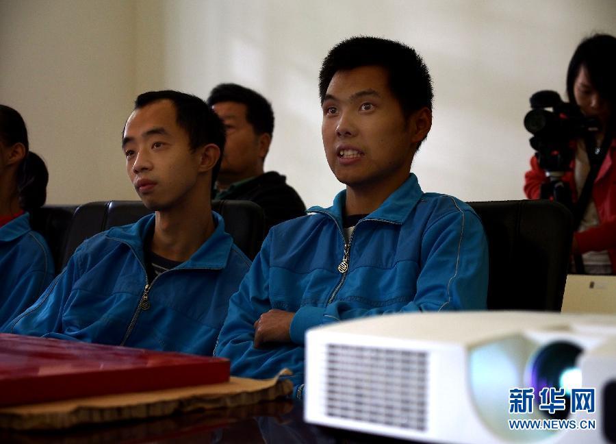 月26日,一些聋哑人在导演和手语翻译的解说下观摩电影《上海公园