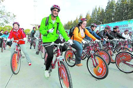中外环保志愿者,自行车骑行志愿者在横沙岛骑游