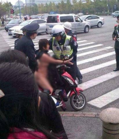 中年女子骑车逆行被处罚50元