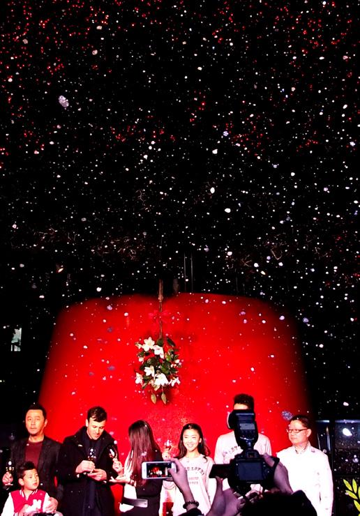 """此次上海新天地""""吻亮天地""""圣诞季中最具有代表的艺术"""