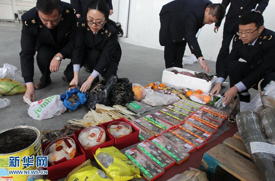 上海出入境检验检疫局工作人员在清点各类截获的动