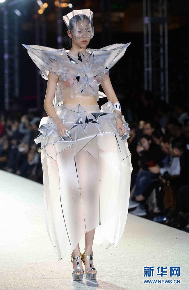 模特在展示东华大学服装设计本科毕业生设计