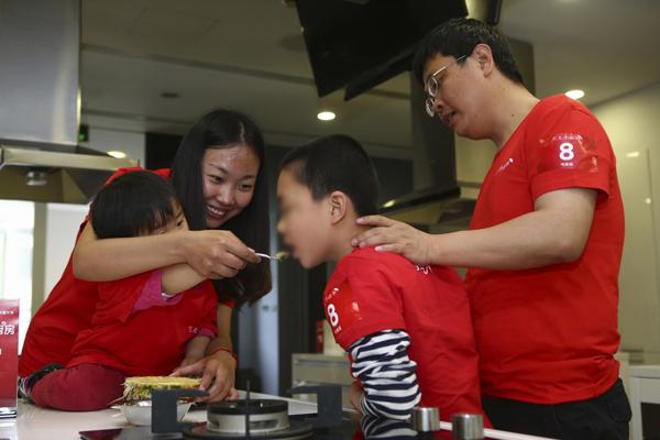 新华网上海5月12日电 近年来,自闭症家庭在中国的规模越来越庞大。在社会各界关注自闭症儿童时,人们发现在自闭症家庭里,要关心的不仅是自闭症孩子,因为操心孩子疾病,父母也长期处于负能量中,甚至有抑郁症出现。  制作折纸康乃馨送给妈妈  为了让这些家庭能感受到更多温暖与幸福,5月11日母亲节,方太集团再次为爱出发,开启新一年小雨伞自闭症家庭关爱计划。作为创新地将关爱对象从个人扩大至家庭的公益项目,方太小雨伞自闭症家庭关爱计划倡导的核心理念是让家的感觉更好。  母亲节活动当