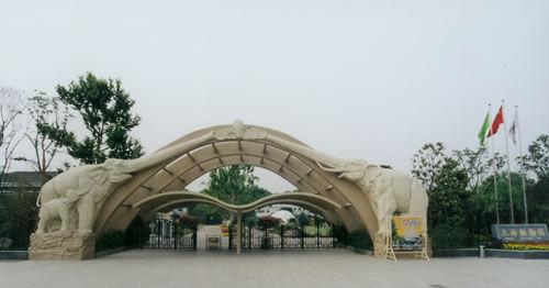 """西郊公园也就是现在的""""上海动物园"""",位于上海市长宁区虹桥路2381号."""