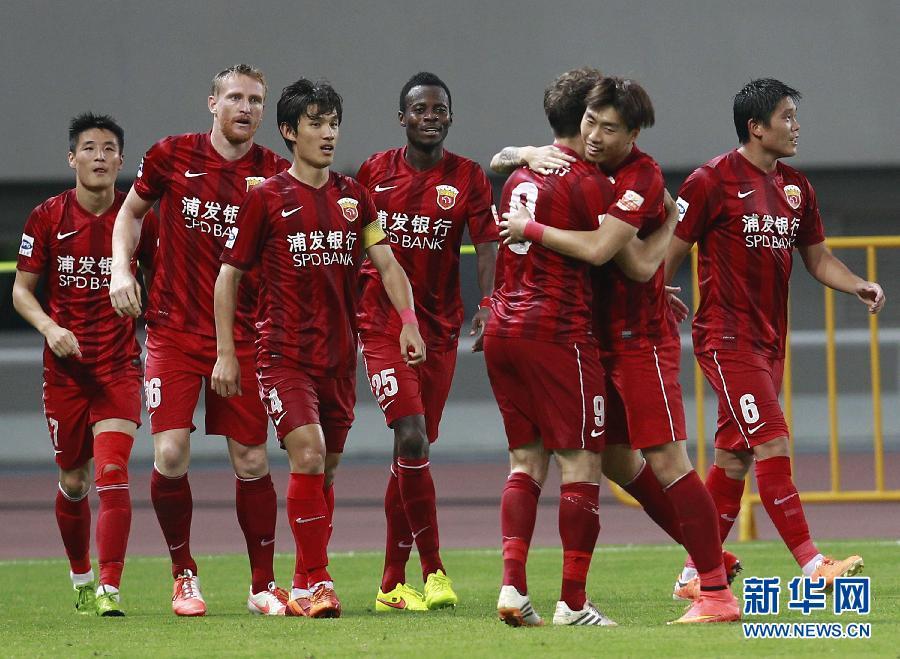 上海上港队球员在比赛中庆祝进球