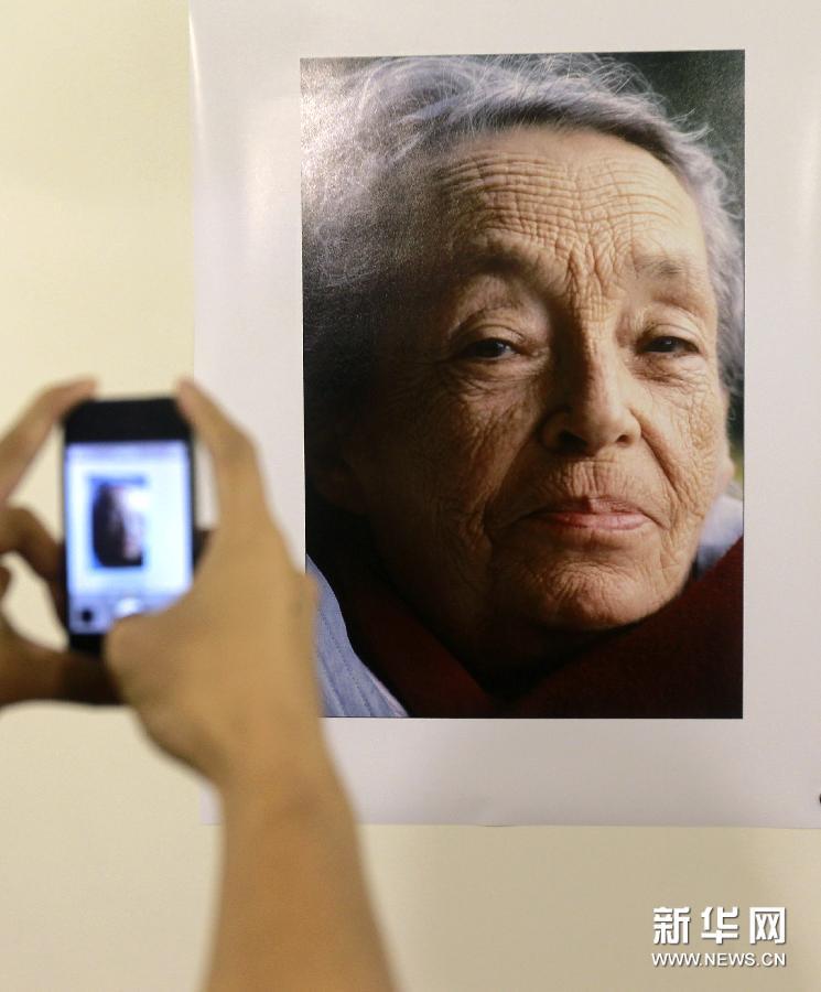 当日,15年镜头中的杜拉斯摄影展在上海开展。此次展览是玛格丽特杜拉斯诞辰100周年系列活动之一,也是当日开幕的上海国际文学周的亮点活动。展览展出了法国摄影家埃莱娜邦贝尔在杜拉斯人生最后15年为其拍摄的肖像和生活照片,展现了杜拉斯鲜为人知的个人世界。