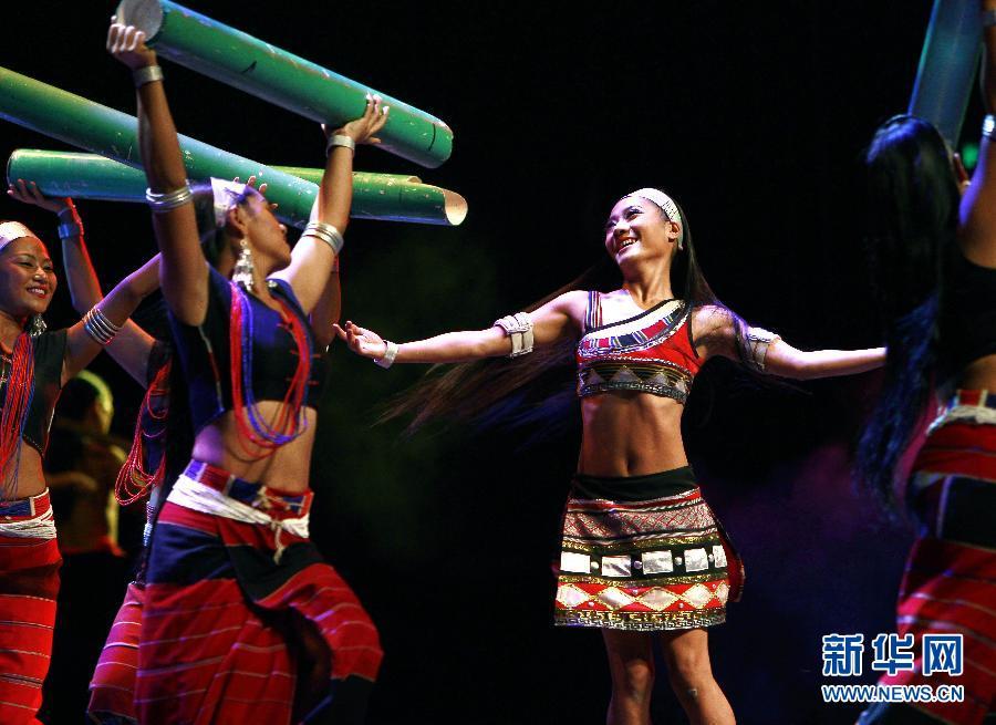 当日,融入佤族神话传说,祭祀,服饰等元素的佤族原生态歌舞《佤部落