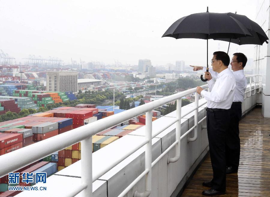 李克强在上海自贸区考察