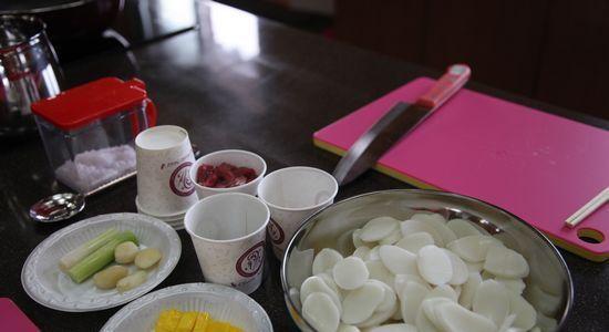 光州市韩定食    韩食参鸡汤    韩食制作体验:年糕汤    韩食制作体验:三色黏糕   全罗南道的饮食文化最大的特点是它融合了山、平原和大海等全罗南道的自然特征和当地民俗民风,并自然地反映在饮食文化中。南道的韩式套餐,小菜种类繁多,色香味俱全,是韩国饮食之最高境界。韩国全罗南道考察团在4天3晚时间内先后体验了自制韩式年糕汤,自制三色黏糕,并品尝了韩国的参鸡汤,韩定食,生鱼片,咸黄鱼等美食。
