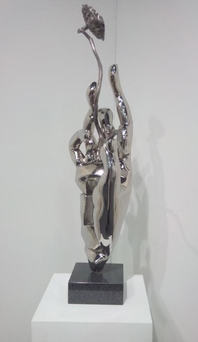 台湾艺术家李光裕的不锈钢雕塑作品《秋藕》亮相上海