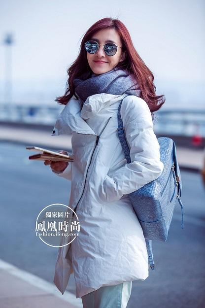 有着素颜女神之称的王丽坤,本次机场私服搭配造型百变,玩转大牌.
