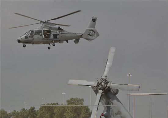 """法国制造的""""海豚""""直升机亮相第十二届阿布扎比防务展."""