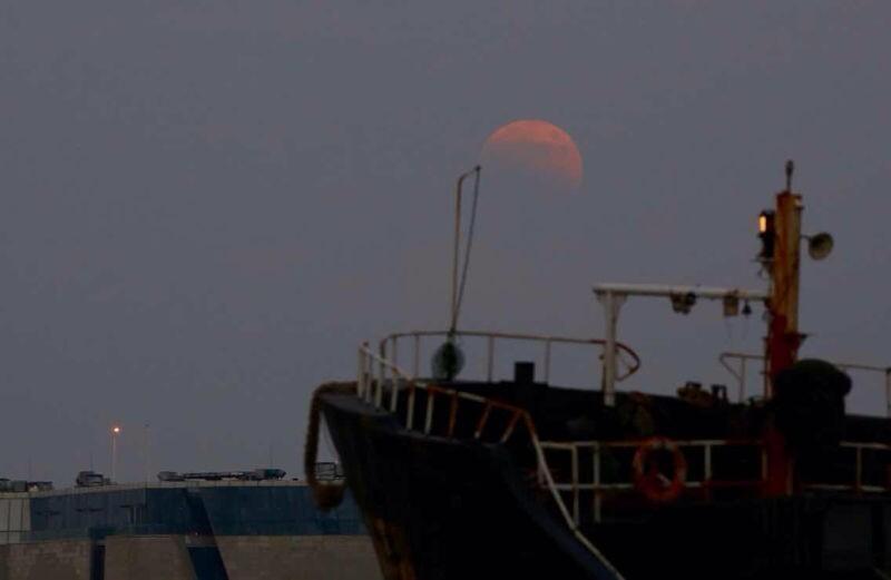 """上海再现""""红月亮"""""""
