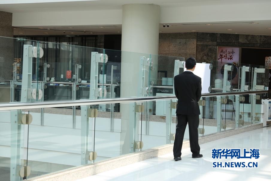 高层中庭护栏处有巡视保安.新华网上海 苟理彬 摄图片