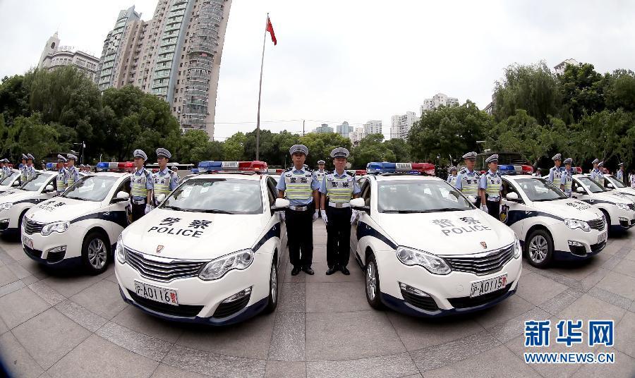 6月19日,上海警方配备的新能源警车整装待发。   新华网上海6月21日电 19日,上海市公安局将首次购买的40辆油电混合型新能源汽车正式交付交警总队高架支队,用于高架道路执勤执法巡逻。与传统燃油车相比,新能源汽车在节能环保方面的优势突出,百公里综合油耗大幅降低,大幅降低碳排放,同时能够确保长距离出勤,胜任在高架上的执勤执法巡逻工作。今后,上海警方将逐步考虑用新能源汽车替代传统巡逻车,为城市低碳发展和节能减排做贡献。新华社记者凡军摄