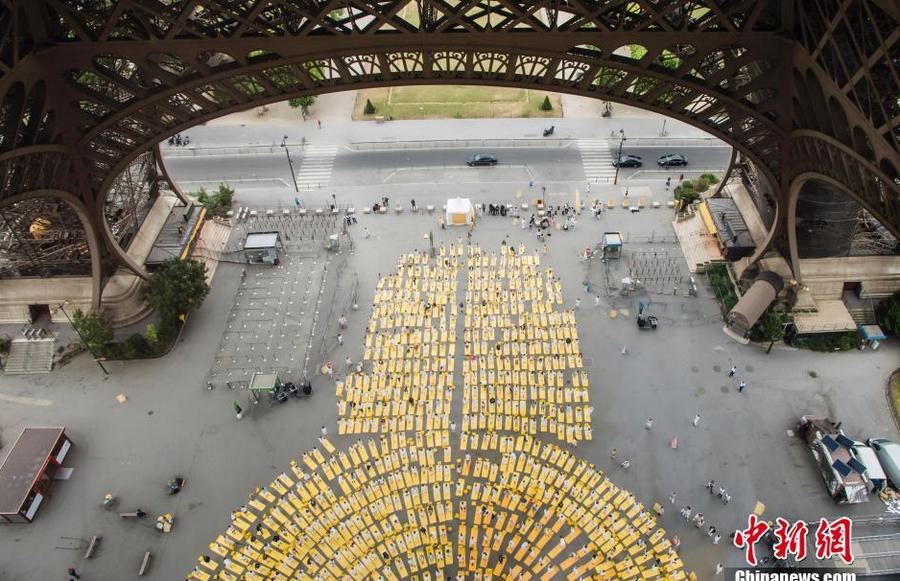 当地民众在埃菲尔铁塔下进行集体瑜伽