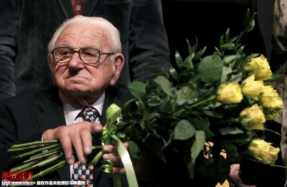 """英国版辛德勒""""尼古拉斯・温顿爵士逝世,享年106岁,他曾在60多年前从战争阴云笼罩下的捷克斯洛伐克营救出669名犹太儿童难民。"""