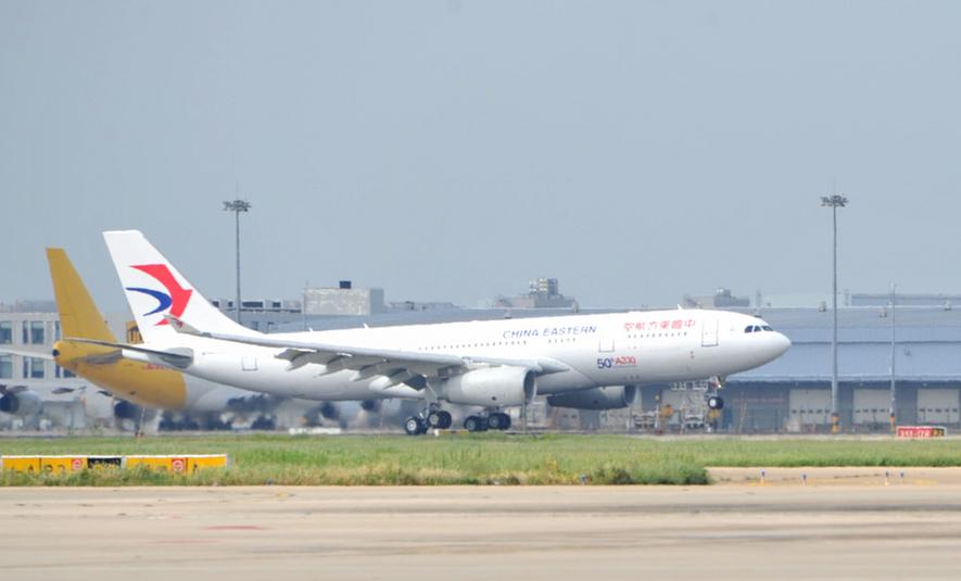 东航第50架空客a330飞机降落在浦东机场