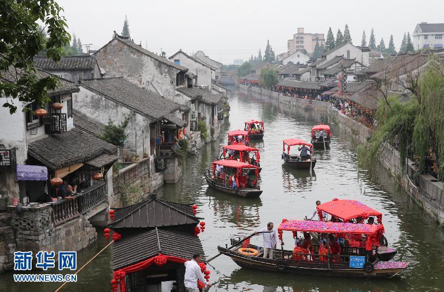 上海旅游节重要活动之一,第十一届枫泾水乡婚典在上海金山区枫泾古镇