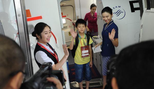 南航推出儿童托运服务。   福利二:为单飞儿童提供临时保姆服务   《每日邮报》报道称,海湾航空提供免费的空中保姆服务。在飞机的起降阶段,空中保姆还会安抚孩子的紧张情绪,减少耳朵承受的压力。   其他很多航空公司也可以在乘客上卫生间或者活动腿脚时,帮助照看孩子。阿联酋航空推出的Fly with Me Monsters活动,可以为低龄常客提供免费的毯子和特制的帆布背包。背包的活动杂志内,都是谜语、卡通和拼图。英国航空也为孩子提供Sky flyer拼图和娱乐包。   对于看护小孩,尤其是无人陪护的单飞