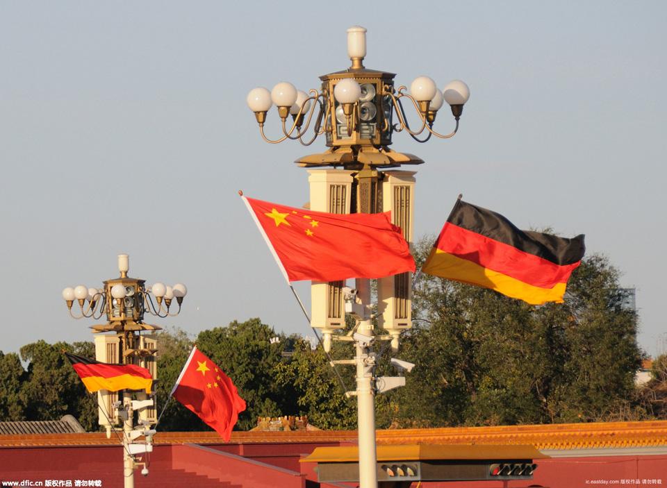 北京天安门广场悬挂中德国旗 迎接德国总理默克尔访华