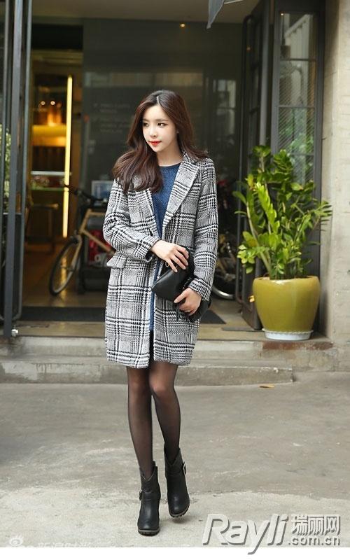 西服领格纹大衣搭配蓝色针织衫,大衣的长度修饰了穿着丝袜的美腿