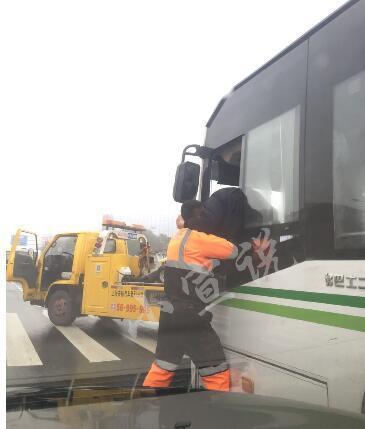 牵引车司机当街撕咬公交车司机-新华网