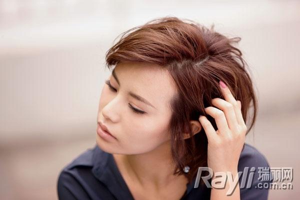 利用不规则的发根分缝提高头发的纵深度,让顶发进一步显丰满,同时减少