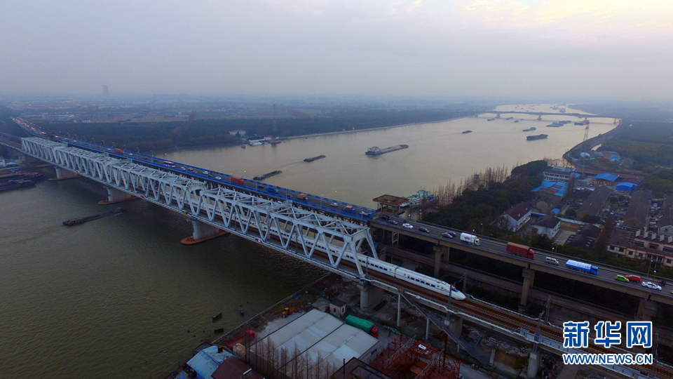 堑变通途 航拍上海黄浦江上的桥