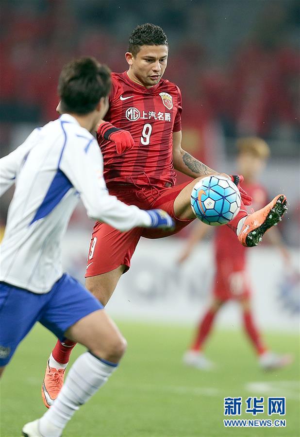上海上港队球员埃尔克森(右)带球突破