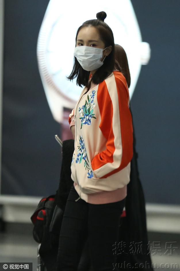 杨幂素颜现身机场 梳丸子头变美少女-新华网
