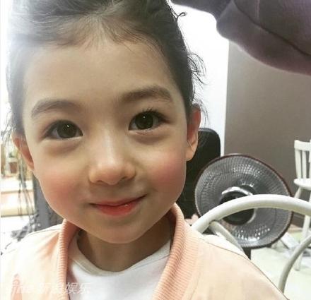 5岁混血宝宝模特网络走红 大眼萌造型多变
