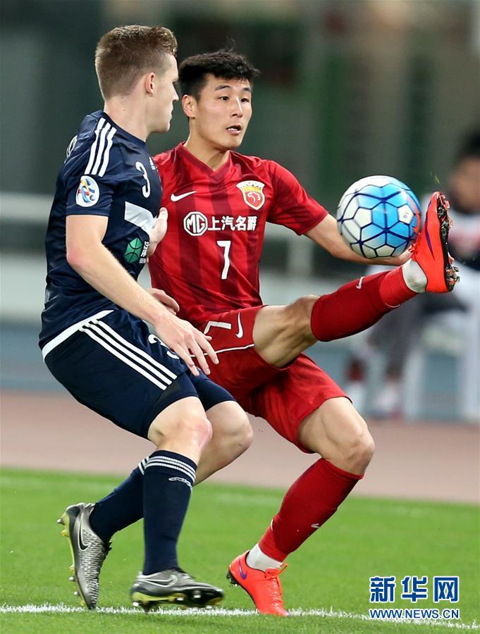 上海上港队球员武磊(右)在比赛中与墨尔本